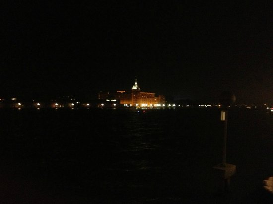 Hilton Molino Stucky Venice Hotel: Hilton at night