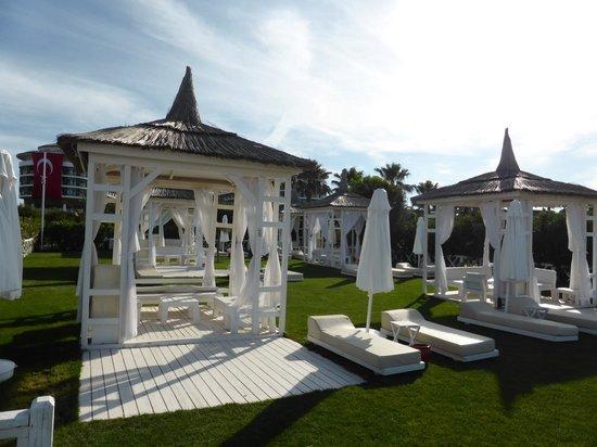 Voyage Belek Golf & Spa : Gazebo sunbeds in garden
