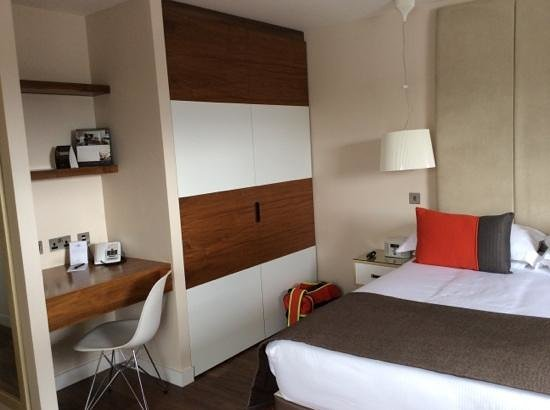 Fraser Place Canary Wharf: lit wardrobe, desk and bed