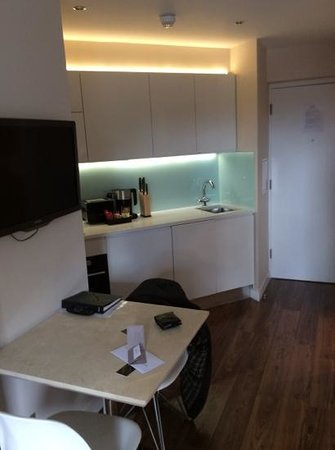 Fraser Place Canary Wharf: kitchen and dining area in studio apartment