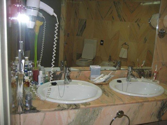 Barcelo Caceres V Centenario: Cuarto de baño , todo de marmo , enorme y confortable