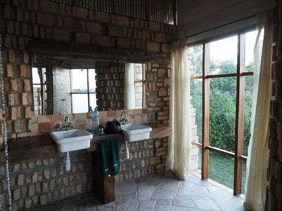 Kyambura Gorge Lodge: Bathroom