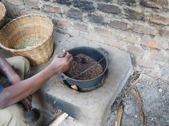 Kyambura Gorge Lodge: Roasting coffee at the Omwani cooperative