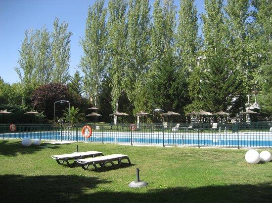 Barcelo Caceres V Centenario: Vista piscina con jardines