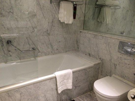 The Shelbourne Dublin, A Renaissance Hotel: Bath