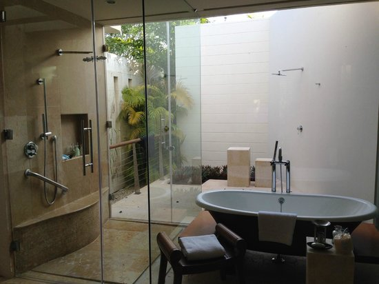Rosewood Mayakoba: Indoor / outdoor showers