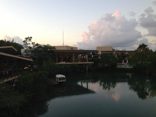 Rosewood Mayakobá: Lobby and restaurant area at dusk