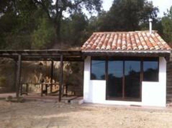 Can Canaleta: La pérgola y el antiguo pajar convertido en biblioteca y sala de juegos