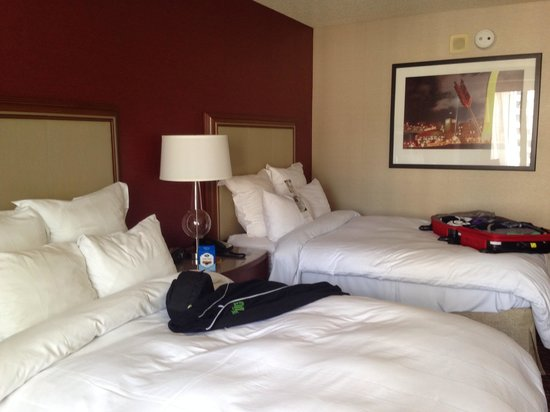 San Francisco Marriott Marquis: Spacious Inside with double beds