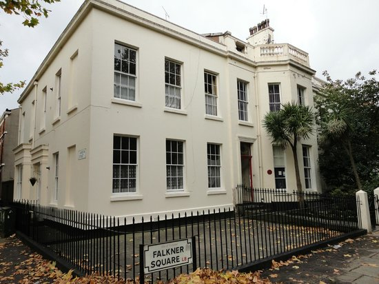 Embassie Independent Hostel: Entrada