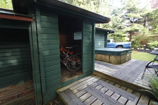 Dolphins Resort and Anglers Dining : back of cabin 8, good bike storage, hot tub