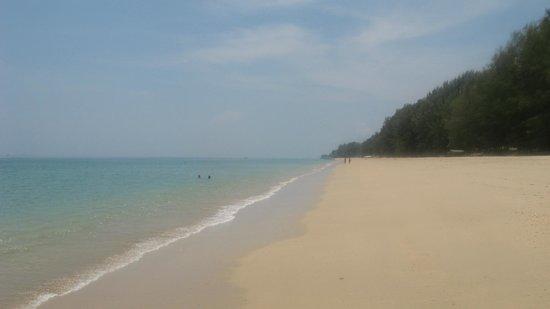 Lanta Casuarina Beach Resort: Beach