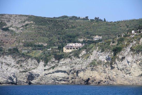 Hotel Residence Torre Sant'Angelo: Vista dell'hotel dal mare: è la struttura con la facciata rosa.