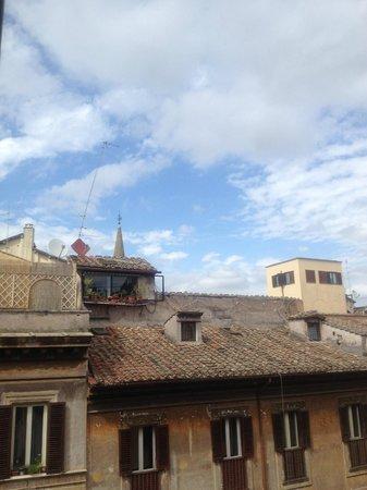 La Mongolfiera Rooms: 通り向かいのアパートメントも似たような高さなので青空が綺麗に見えます