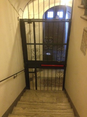 La Mongolfiera Rooms: 入口からエレベーターホールまで(エレベーター側から)