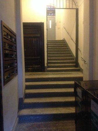 La Mongolfiera Rooms: 入口からエレベーターホールまで(入口側から)
