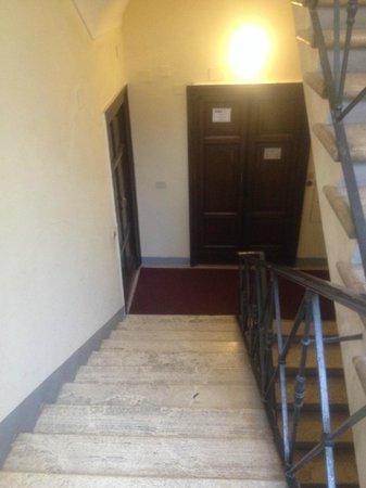 La Mongolfiera Rooms: エレベータが止まる踊り場からエントランスまでの階段