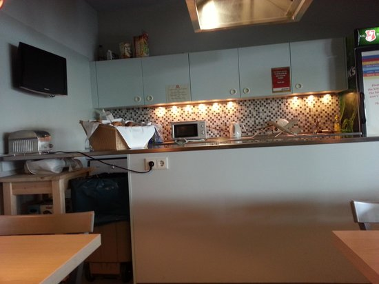 MEININGER Hotel Berlin Airport: Brilliant little kitchen including even a washing machine