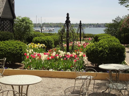 The House of the Seven Gables: Grounds!