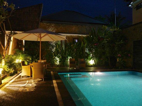 Vamana Resort: Pool area at night