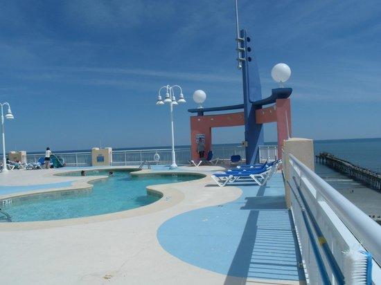 The Prince Resort : pool area on floor 9