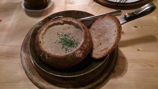 Gasthof Krone : суп в хлебной тарелке