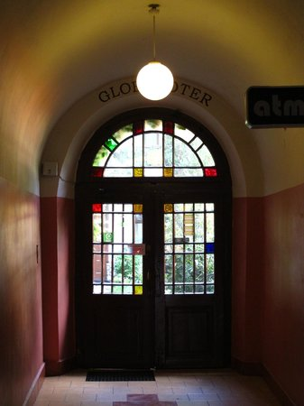 Globtroter Guest House : Main entrance way to courtyard.