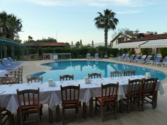 Keysan Yunus Hotel: Table laid for Sunday BBQ - food was lovely