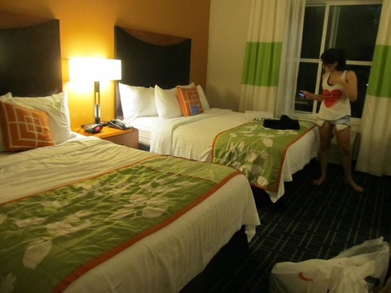 Fairfield Inn & Suites Orlando at SeaWorld® : camas confortáveis
