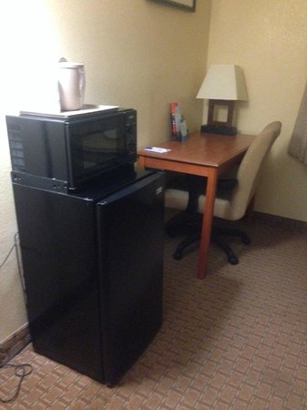 Baymont Inn & Suites LaGrange: Fridge, microwave and desk