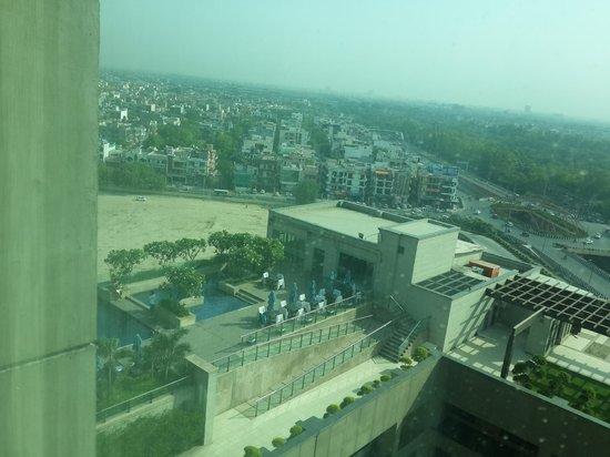 Radisson Blu Hotel New Delhi Paschim Vihar: View of Swimming Pool from my room