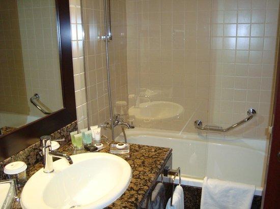 Ramada Plaza Jumeirah Beach: Bathroom