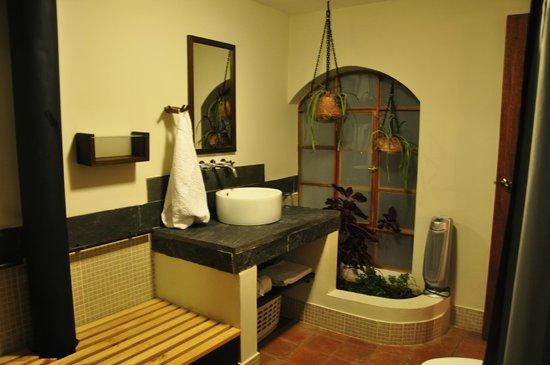 Quinua Villa Boutique : Bathroom in Pukara Wasi (window to courtyard)