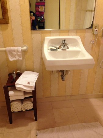 Hilton Head Marriott Resort & Spa: sink in bathroom with no place to put toiletries-very spartan!