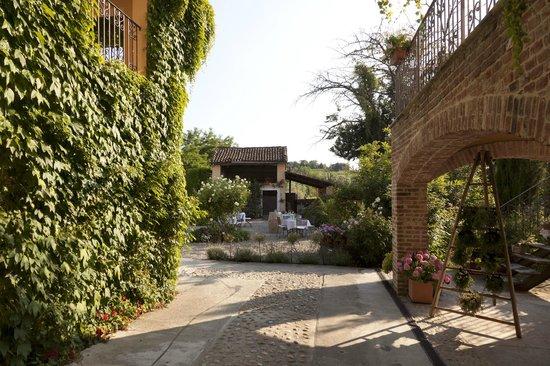 La Villa Hotel: hotel grounds