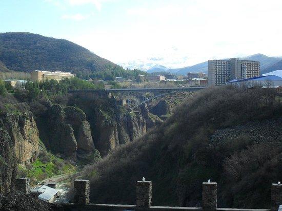 Nairi Hotel: Вид из окна номера на мост и горы.