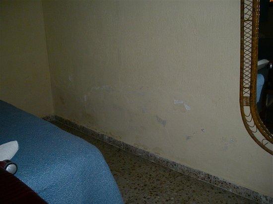 Hotel Tikal Inn: This wall needs a Paint JOB
