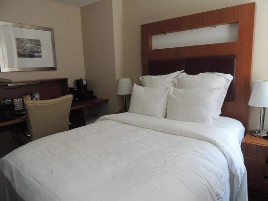Renaissance New York Hotel 57: Quarto com excelente cama