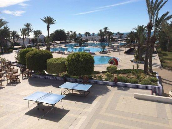 El Mouradi Djerba Menzel: Vue de la terrasse du restaurant, grande piscine, ping pong