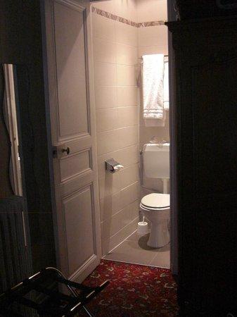 Hotel d'Argenson : Vista del bagno dalla stanza