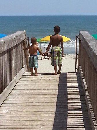 Dunes Village Resort : Boys on the way to beach