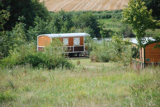 Les Roulottes du Moulin: En pleine nature, le fleuve juste derrière