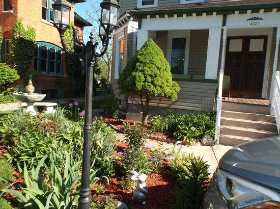 Always Inn Bed & Breakfast: Garden and Front Porch