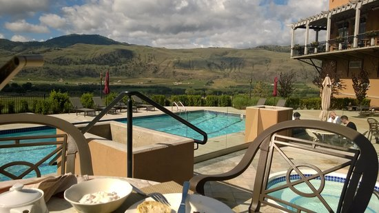 Burrowing Owl Estate Winery Guest House : Glorious day for enjoying breakfast outside