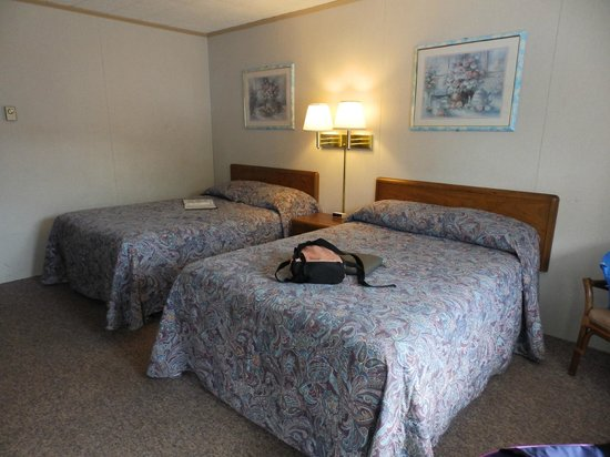 Brookside Motel: A basic motel room