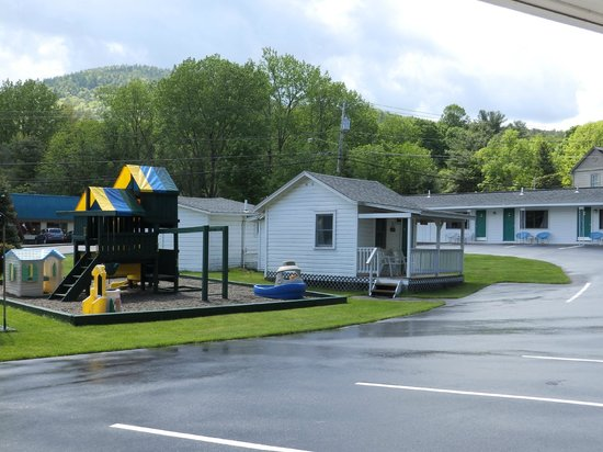 Brookside Motel: Another house and a playground for the kids