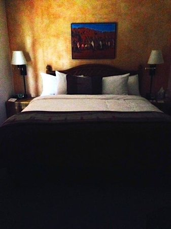 Hotel Santa Fe, The Hacienda and Spa : King Bedroom is pretty and quiet, but space is tight