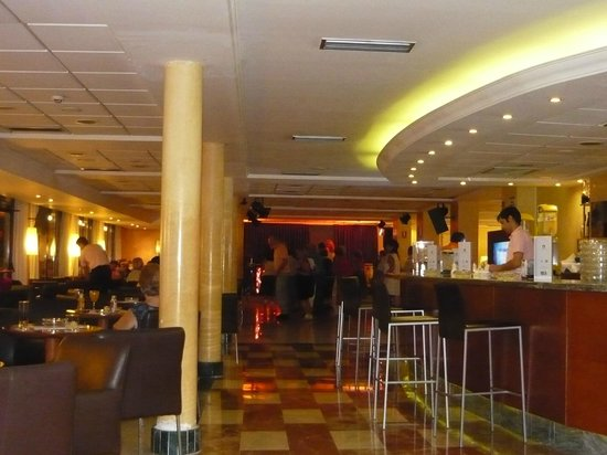 Hotel RH Corona del Mar: el salon de la entrada ... el bar