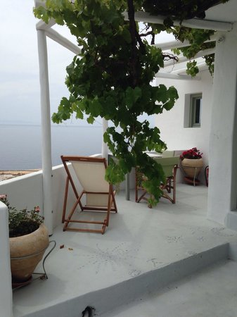 Omiros Hotel: Patio for one of the rooms