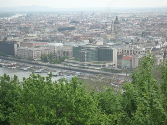 Budapest Marriott Hotel: Το ξενοδοχείο όπως φαίνεται την ημέρα από τον απέναντι λόφο